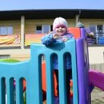 Zabawy na nowym kolorowym wymposażonym w zabawki ze środków unijnych placu zabaw